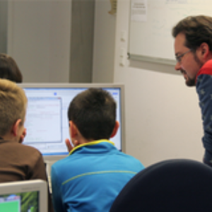 Sebastian Boblest und Michael Bußler vom Visualisierungsinstitut der Universität Stuttgart entführen neugierige Kindern in die Welt der Informatik.