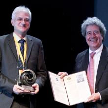 """Prof. Thomas Ertl und Prof. Pere Brunet, Chair des Preiskommitees, bei der Übergabe des """"Distinguished Career Award 2016"""" (Bild: Eurographics 2016)"""