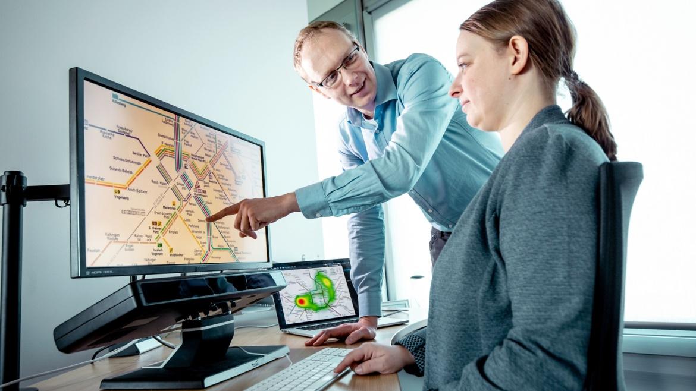 Computer sollen das Verhalten und die Aufmerksamkeit ihrer User erkennen, um zielgerichtet zu reagieren. Die Datenbasis schaffen Kameras oder andere Sensoren. Foto: Universität Stuttgart/U. Regenscheit