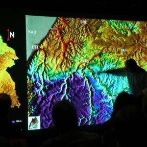 Prof. Seyfried erklärt in den hochauflösenden Bildern an der VISUS-Powerwall Täler, die in der Gäulandschaft östlich von Pforzheim entstanden sind …