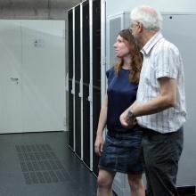 Dr. Anna Christmann besichtigt das Visualisierungslabor