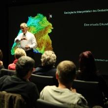 Prof. Seyfried empfängt die Mitarbeiterinnen und Mitarbeiter des Landesamtes für Geoinformation und Landentwicklung im Visualisierungslabor der Universität Stuttgart.