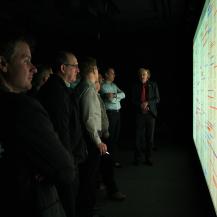 An der Powerwall demonstrierte Prof. Thomas Ertl die hohe Auflösung anhand einem der Textanalyse von Romeo und Julia.